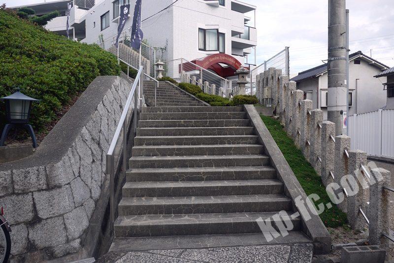 若宮住吉神社の境内に向かう階段