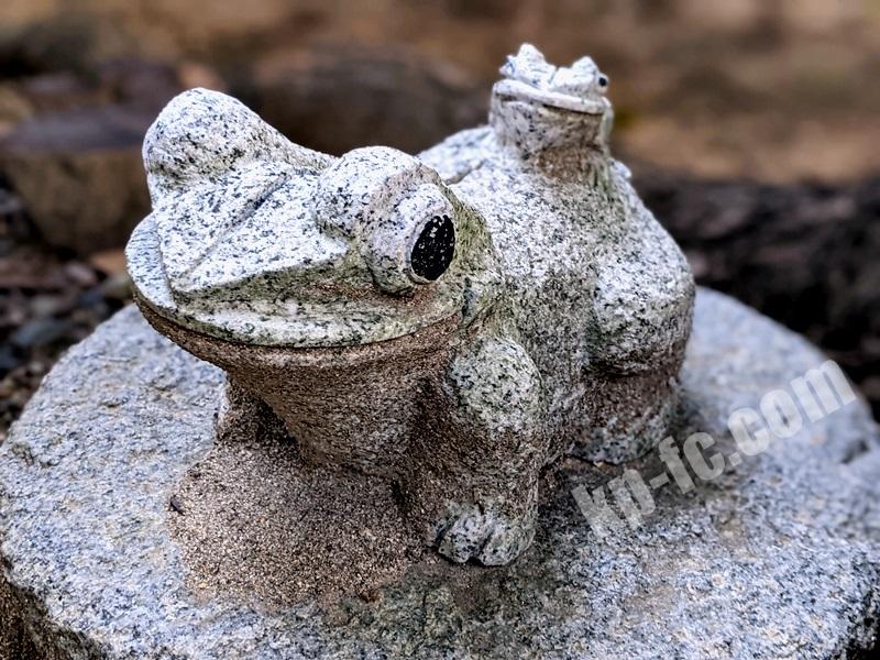 富島神社末社「美津社」の狛蛙